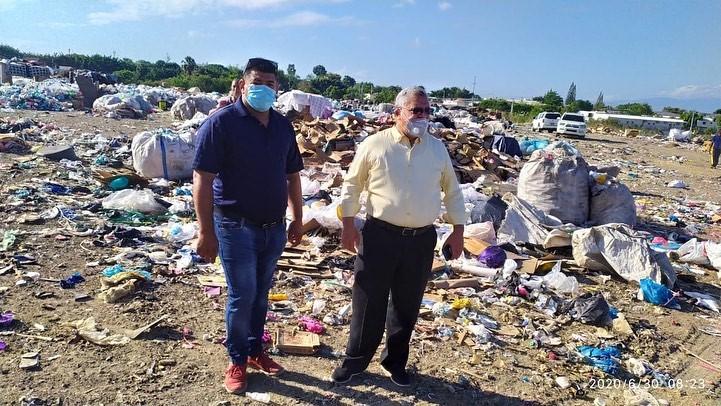Alcalde Miguel Guarocuya Cabral dirige sofocamiento de fuego en el vertedero Moca